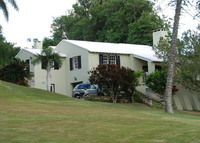 Charming Bermuda home in quiet neighborhood close to city and beache