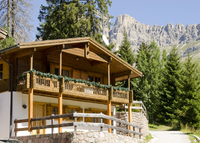 Chalet on the ski slopes in dolomites Italy  fronte pista da sci