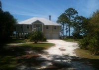 Relaxing bayfront 3-4 bedroom coastal cottage near beaches