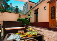 Renovated apartment and garden with views of the Alhambra
